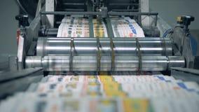 Drukkranten in typografie De vervoerder vestigt gevouwen kranten opnieuw stock videobeelden