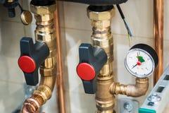 Drukmaat voor het meten in water of gassystemen wordt geïnstalleerd dat stock fotografie