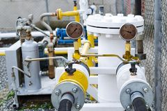 Drukmaten op de compressor bij een benzinestation voor brandstof het vullen auto's Royalty-vrije Stock Afbeeldingen