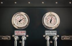 Drukmaten van een scuba-uitrustingscompressor Stock Foto
