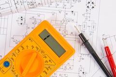 Drukowani rysunki elektryczni obwody i cyfrowy multimeter Nauka, technologia i elektronika, zdjęcie stock