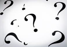 Drukowani znaki zapytania na białym papierze Zdjęcie Royalty Free