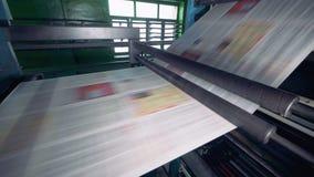 Drukowego wyposażenia ruchów papier ciąć na arkusze na linii przy fabryką 4K zbiory wideo