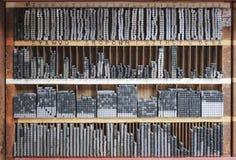 Drukowej prasy listu bloki w drewnianej półce Zdjęcie Royalty Free