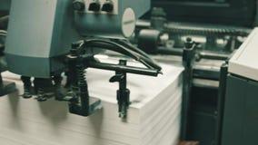 Drukowy proces - karmić prześcieradła papier przy polygraph przemysłem, szeroki kąt zbiory