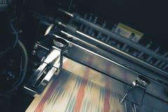 Drukpers met vage riem tijdens drukproces stock foto's