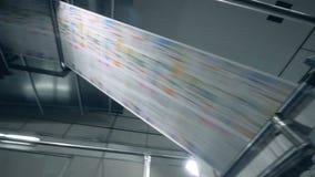 Drukproductie, krant op een moderne transportband stock video