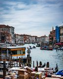 Drukte van Grand Canal Venetië stock afbeelding