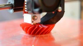 Druku 3D drukarki czerwieni modela Jaskrawy zbliżenie zdjęcie wideo