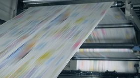Drukujący papier stacza się przez polygraphic mechanizmu Sfa?szowany wiadomo?ci poj?cie zdjęcie wideo