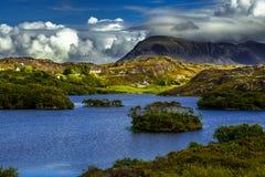 By Drumbeg på fjorden Drumbeg i Front Of Spectacular Mountain Quinag i Assynt i Skottland royaltyfria foton