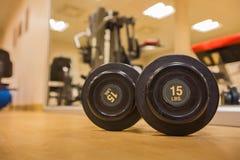 Drumbell nella stanza della palestra per l'esercizio, addestramento del peso e costruzione del muscolo Fotografia Stock