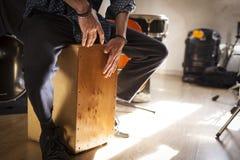 Drumbox do flamenco que está sendo jogado pelo percussionista imagem de stock royalty free