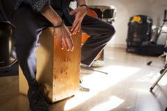 Drumbox do flamenco que está sendo jogado pelo percussionista foto de stock royalty free