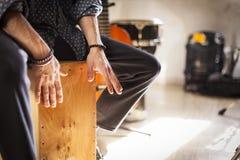 Drumbox do flamenco que está sendo jogado pelo percussionista fotografia de stock