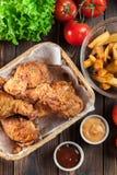 Drumctick fritado friável panado da galinha de kentucky fotografia de stock