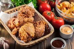 Drumctick fritado friável panado da galinha de kentucky imagens de stock royalty free