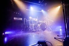 Drumkit na pustym sceny czekaniu dla muzyków Obrazy Royalty Free