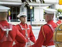 Drumline des Etats-Unis Marine Corps pratiquant avant la marche dans un défilé Photos stock