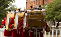 Drumline för Marine Corps marschmusikband Arkivfoto