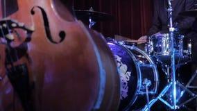 Drumm成套工具和最低音爵士乐乐器 演奏在阶段的音乐家最低音鼓 木艺术家的戏剧 股票视频