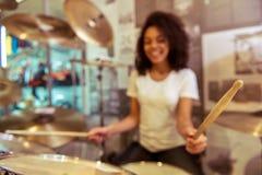 drums den leka kvinnan royaltyfria foton