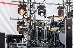Drumset och strålkastaresystem på utomhus- etapp för konsert Arkivbild