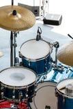 Drumstel op openluchtstadium klaar voor spel Stock Fotografie