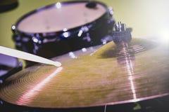 Drumstick играя на hi-шляпе или цимбале езды Набор барабанчика на предпосылке стоковое изображение rf