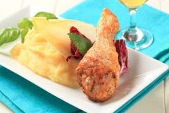 Drumstick жареного цыпленка с помятой картошкой Стоковое фото RF