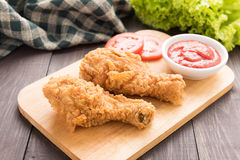 Drumstick и овощи жареной курицы на деревянной предпосылке Стоковое Фото