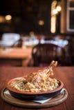 Drumstick Турции и сваренная капуста в ресторане Стоковое Изображение RF