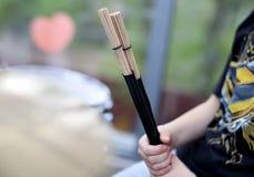 drumsticks в вашей руке, расплывчатой предпосылке стоковые фото