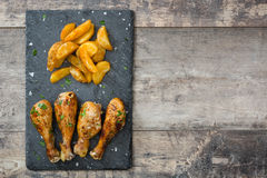 Drumsticks и обломоки жареного цыпленка Стоковое фото RF