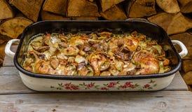 Drumsticks, картошки и грибы цыпленка на деревянной предпосылке Стоковая Фотография