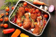 Drumsticks цыпленка подготовили для жарить в духовке в лотке Стоковое фото RF