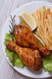 Drumsticks цыпленка с французскими фраями. closeup� взгляда сверху Стоковые Изображения