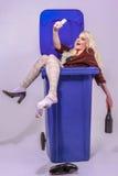 Drunken jeune femme avec de longs cheveux blonds fait un Selfie de lui-même et a plaisir à le faire. Royalty Free Stock Image