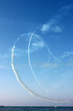 Drunknar vita linjer för kurvor vid spåret av flygplan och havet på bakgrunden för blå himmel, vertikal sikt Royaltyfri Bild