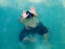 Drunkningmannen i havet som frågar för hjälp med, lyftte hans armar det isolerade begreppet 3d framför säkerhet vit Royaltyfri Fotografi