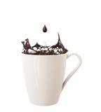 Druppeltje en plons van zwarte chocolade in grote die kop, op witte achtergrond wordt geïsoleerd Royalty-vrije Stock Afbeelding