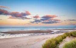 Druridge Podpalana Piaskowata plaża blisko zmierzchu fotografia royalty free