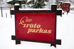 DRUSKININKAI, LITUANIA - 7 DE ENERO DE 2011: Entrada al parque de Grutas imagenes de archivo
