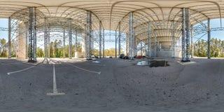 Druskininkai, LITUVA - ИЮНЬ 2019: полностью сферически панорама hdri 360 градусов взгляда угла около огромной стальной рамки конс стоковое изображение