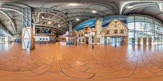 Druskininkai, LITUVA - ИЮНЬ 2019: полностью сферически панорама hdri 360 градусов взгляда угла в интерьере современной залы торго стоковое фото