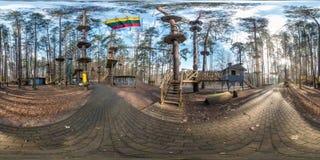 Druskininkai, LITUVA - EM MARÇO DE 2019: panorama esférico completo do hdri 360 graus de opinião de ângulo no parque da selva nas imagem de stock