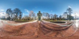 Druskininkai LITUVA - JANUARI 2019: Full sfärisk sömlös panorama 360 grader vinkelsikt nära monumentet till Ciurlionis 360 arkivbild