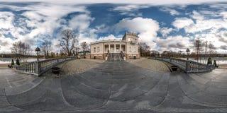 Druskininkai LITUVA - JANUARI 2019: Full sfärisk sömlös panorama 360 grader vinkelsikt på historisk byggnad nära sjön 360 arkivfoto