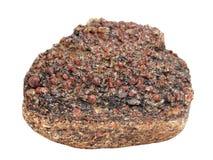 Druso dei cristalli del granato dell'almandino sul masso rotto dello granito-gneiss su fondo bianco Immagini Stock Libere da Diritti