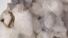 Druso del cuarzo con las porciones de cristales blancos almacen de video
